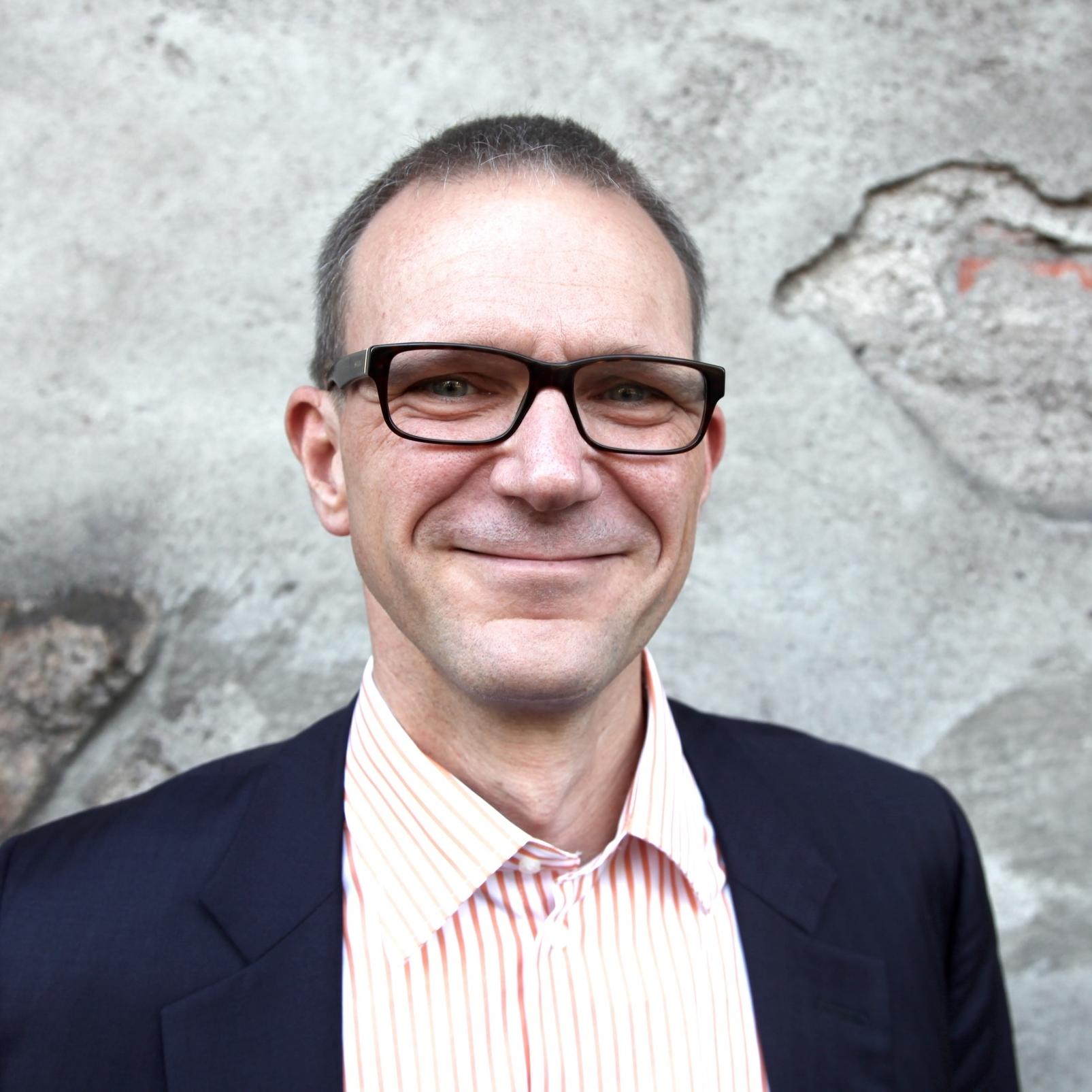 Jussi Vanhanen  on 43-vuotias yritysjohtaja, joka on työuransa aikana vastannut miljardien eurojen liiketoimista niin Suomessa kuin ulkomailla. Vapaa-aikanaan Vanhanen harrastaa suunnistusta, pokeria, kestävyysjuoksua ja shakkia. Vapaus, veljeys, ahneus on hänen esikoisromaaninsa.    Lataa  >  Pressikuva   Kansi  >  Vapaus, veljeys, ahneus   Arvostelukappaleet ja haastattelut  >  heini.salminen@kosmoskirjat.fi