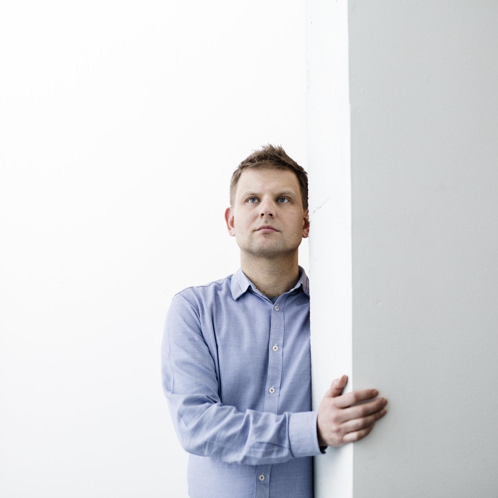 Olavi Koistinen  , s. 1977, on helsinkiläinen toimittaja, kirjailija ja diplomi-insinööri. Hän lähti Espoosta kymmenen vuotta sitten, mutta Espoo ei lähde hänestä. Koistinen on ammatiltaan Helsingin Sanomien toimittaja ja kehittää työkseen uutisrobottia.   Mies joka laski miljardiin   on hänen esikoisteoksensa.    Arvostelukappaleet ja haastattelut  >  heini.salminen@kosmoskirjat.fi
