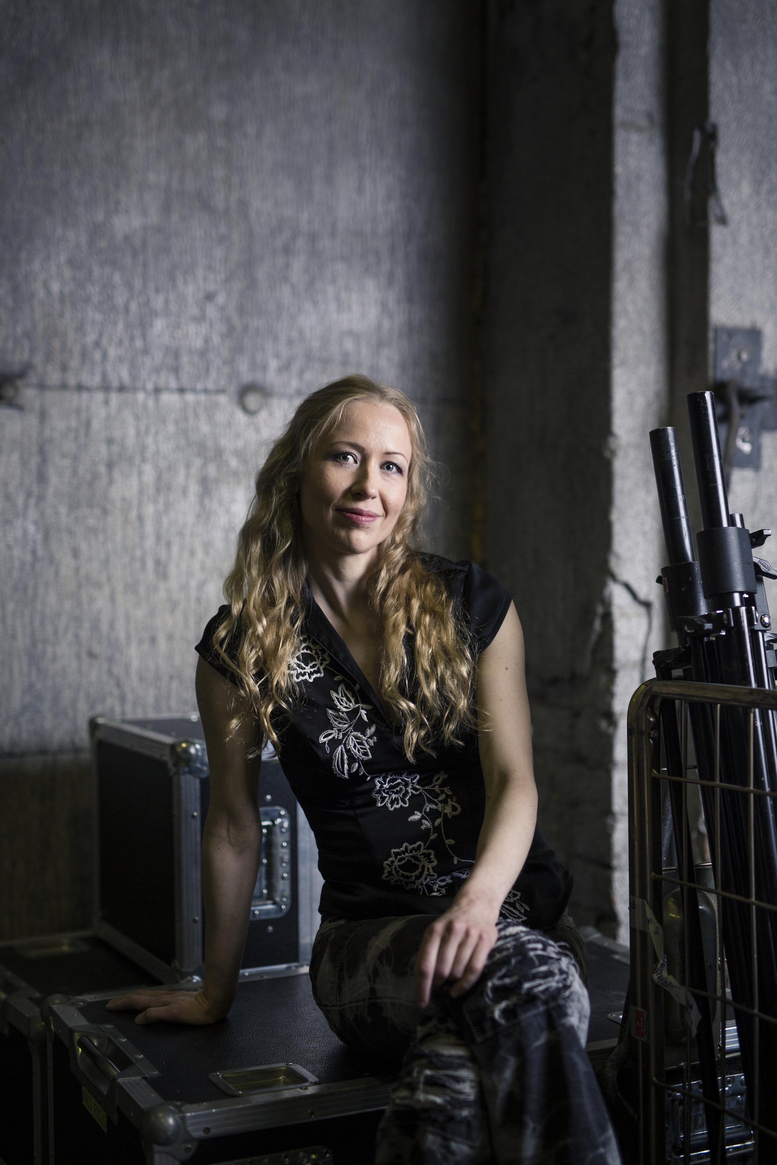 Saana Ilona Katila  (s. 1981) muutti tienvarsipitäjästä Helsinkiin vuonna 1997, löysi itsensä Lepakon aamuista, rakastui ihmisiin, tanssiin ja konemusiikkiin, kasvoi kirjoittajaksi, ryhtyi toimittajaksi, lähti vuorille, aloitti kirjan kirjoittamisen, teki uutishommia, kirjoitti kunnes kirja valmistui.    www.saanakatila.fi    Arvostelukappaleet ja haastattelut  >  heini.salminen@kosmoskirjat.fi    Pressikuvat  >  Kuva 1  /  Kuva 2  /  Kansi