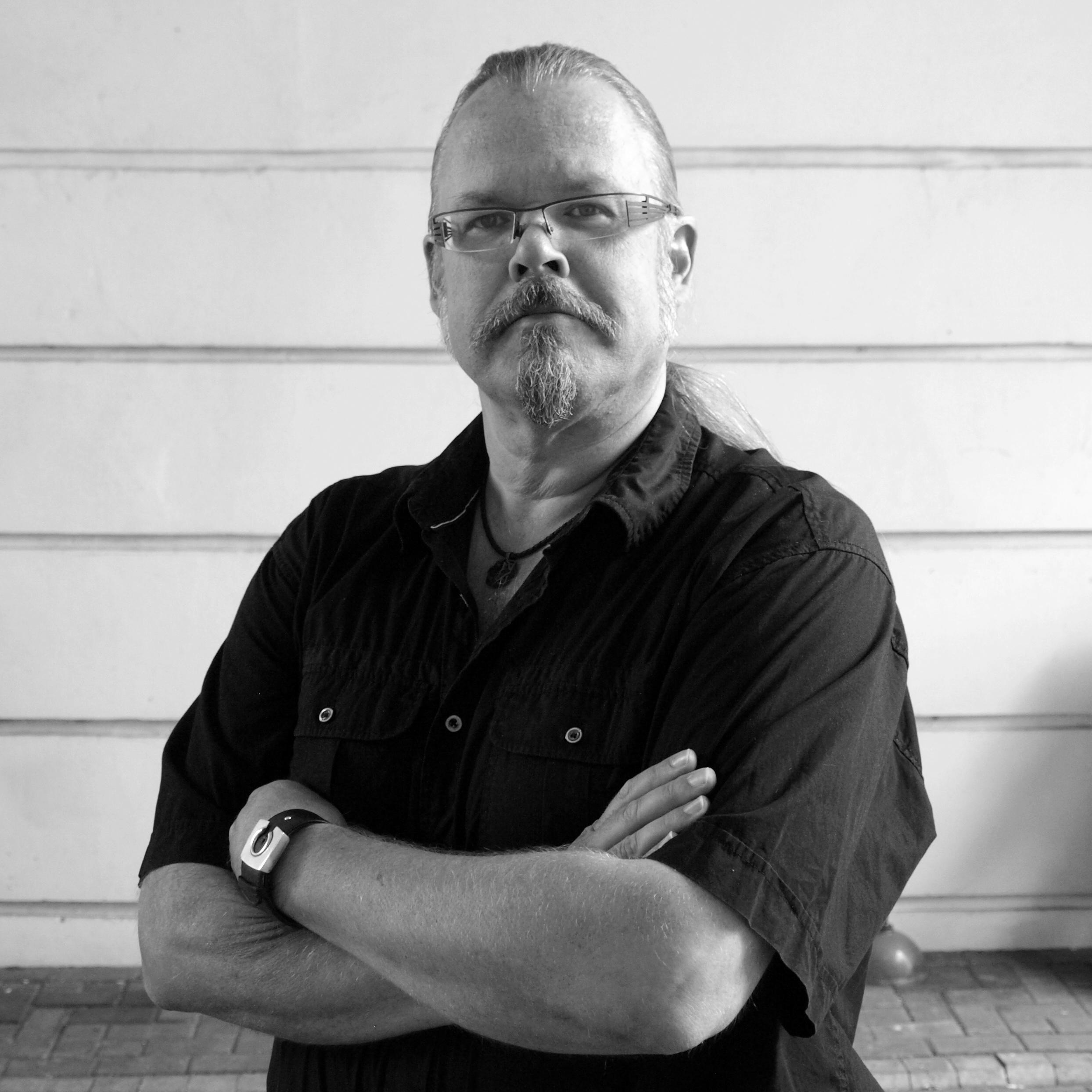 Markus Hotakainen  on tietokirjailija ja tiedetoimittaja, joka on erikoistunut tähtitieteeseen ja avaruustutkimukseen. Hän on kirjoittanut laajalti lehtiin ja verkkoon tiedeaiheista sekä julkaissut lukuisia kirjoja.     Arvostelukappaleet ja haastattelut  >  heini.salminen@kosmoskirjat.fi