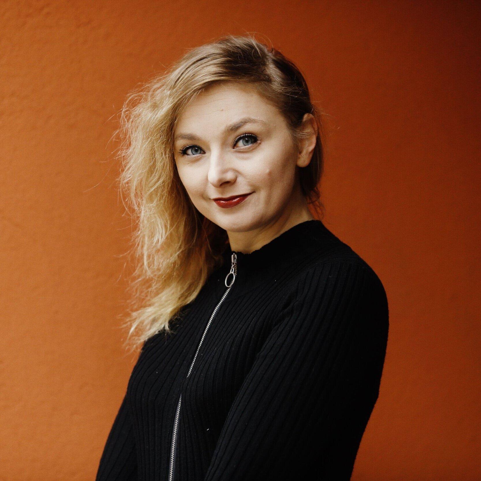 Suvi Auvinen  on journalisti ja yrittäjä, joka on kirjoittanut mm. Imageen ja Glorian ruoka & viiniin. Hän työskentelee toimitusjohtajana perustamassaan Vegefirmassa, joka järjestää Pohjoismaiden suurinta kasvisruokatapahtumaa Vegemessuja ja purkaa kasvissyöntiin liittyviä stereotypioita.   Arvostelukappaleet ja haastattelut  >  heini.salminen@kosmoskirjat.fi    Pressikuvat  >  Kansi   I   Kuva 1   I   Kuva 2   I  Kuvat: Meri Björn.
