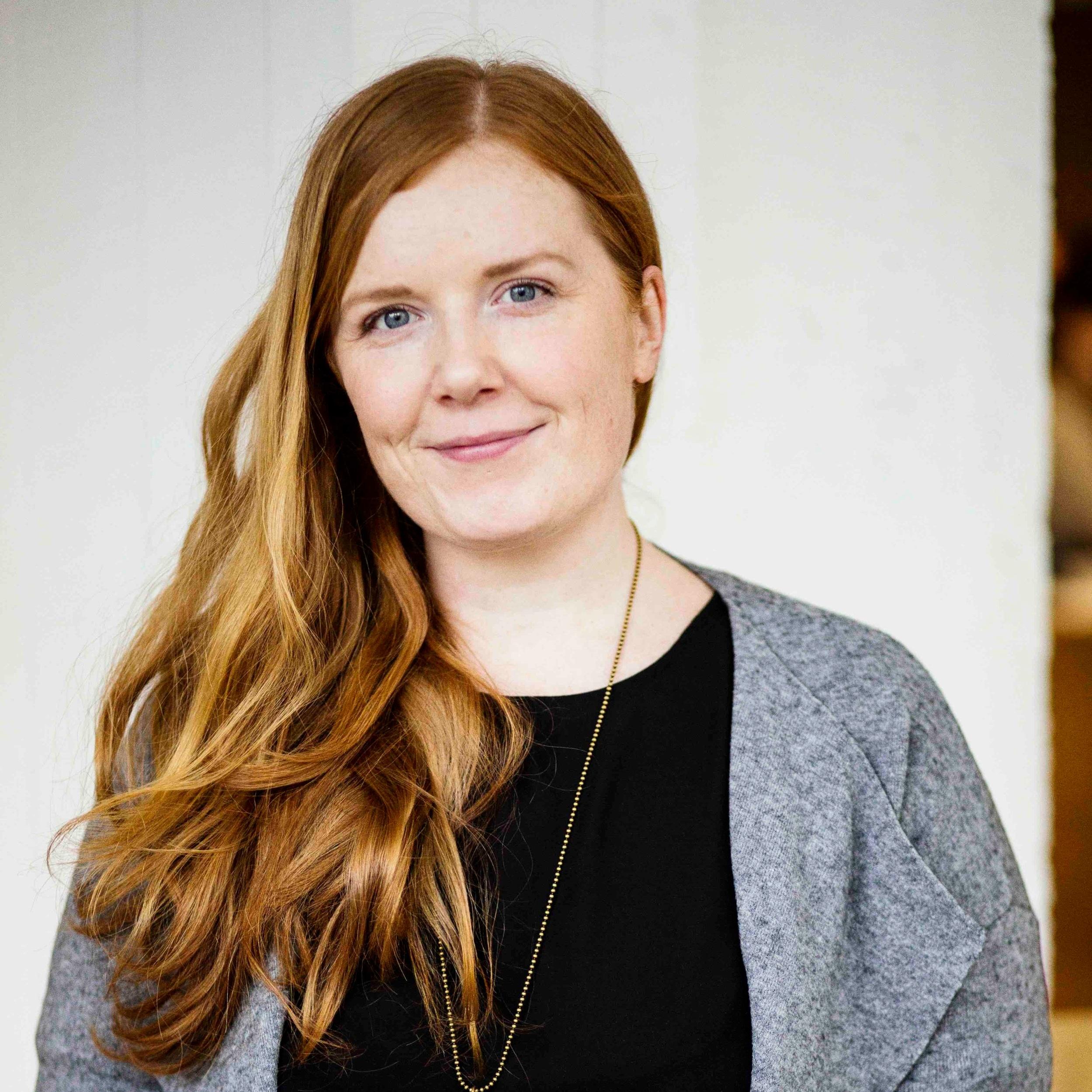 Elina Innanen  on ruokaintoilija, keittokirjailija ja yrittäjä, joka rakastaa maapähkinävoita ja hitaita aamuja. Chocochili-blogissa kokkaillaan herkullista kasvisruokaa rennolla otteella. Chocochili on kerännyt kymmenessä vuodessa valtavan yleisön, ja kuukausittain kävijöitä blogissa on parhaimmillaan yli 100 000.   Arvostelukappaleet ja haastattelut  >  heini.salminen@kosmoskirjat.fi    Pressikuvat  >  Kansi   I   Kuva 1   I   Kuva 2   I  Kuvat: Meri Björn.