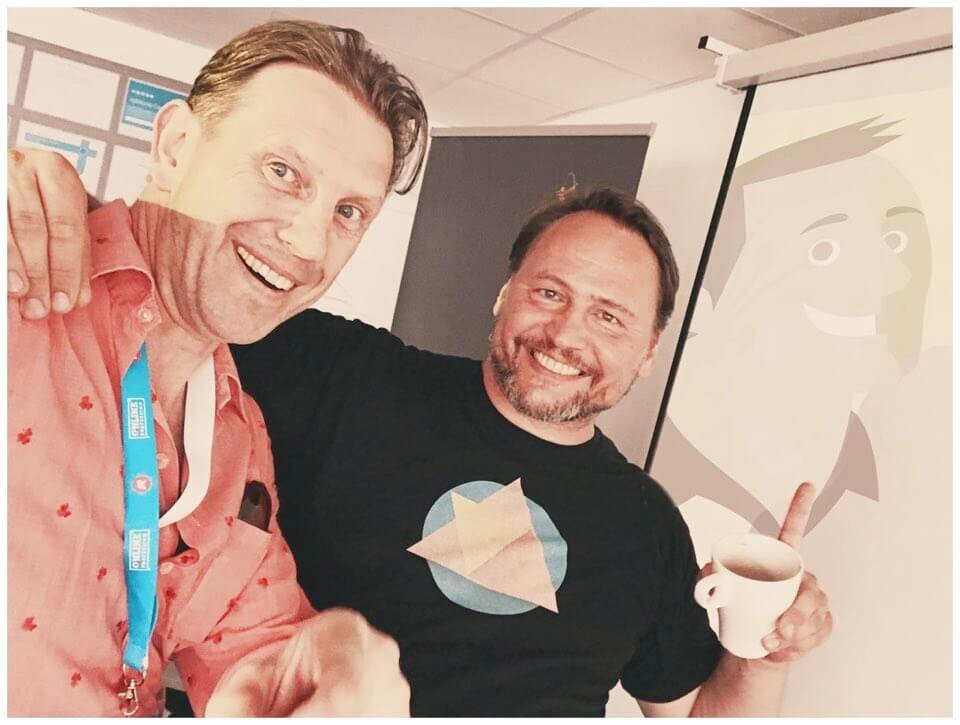 """Dieses Foto von Karl und mir entstand übrigens am heißesten Tag des Jahres 2019 – """"let the sunshine in!"""" – und ganz ohne Drogen."""