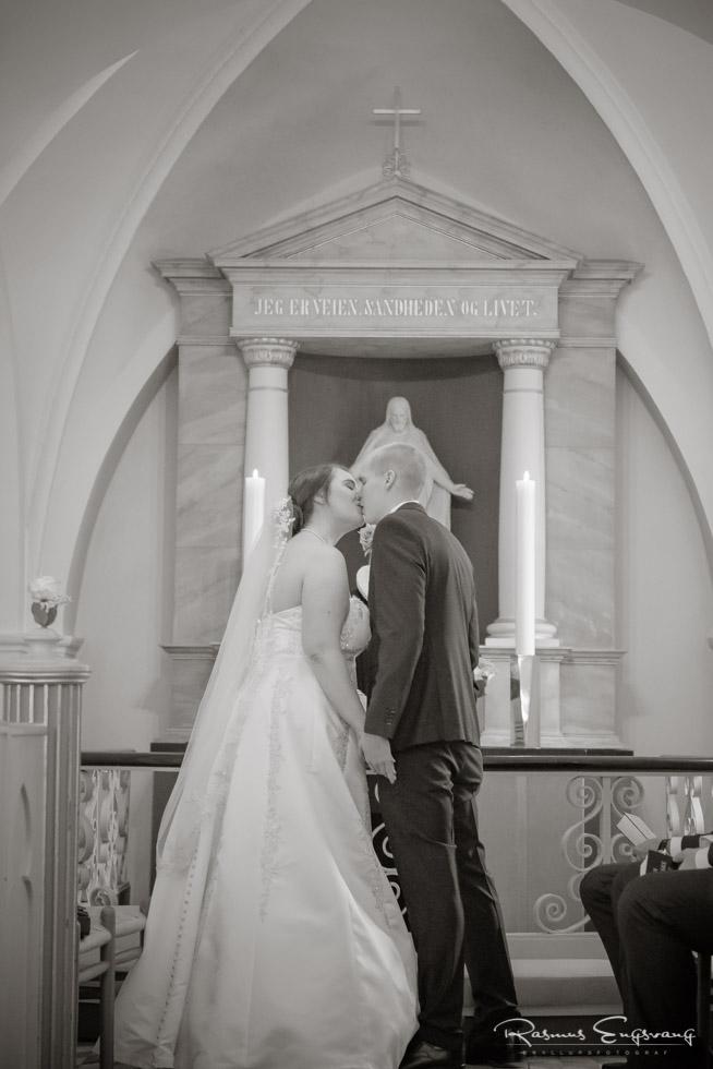Kyssende-Brudepar-Bryllupsbillede-Rønnebæk-Kirke-2.jpg