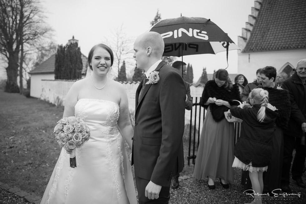 Brudepar-foran-Rønnebæk-Kirke-Bryllupsbillede-4.jpg