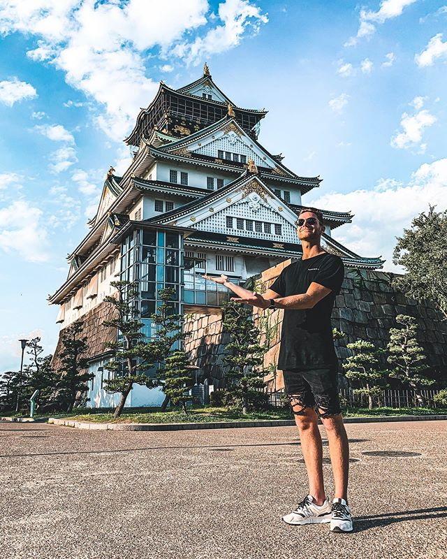 Ta-da! Osaka Castle, what a sight! Surround by a beautiful lake and garden 🍃 I admire how much work goes into places like this 🙌🏼 A perfect way to cap off the Japan leg of the trip 🎎