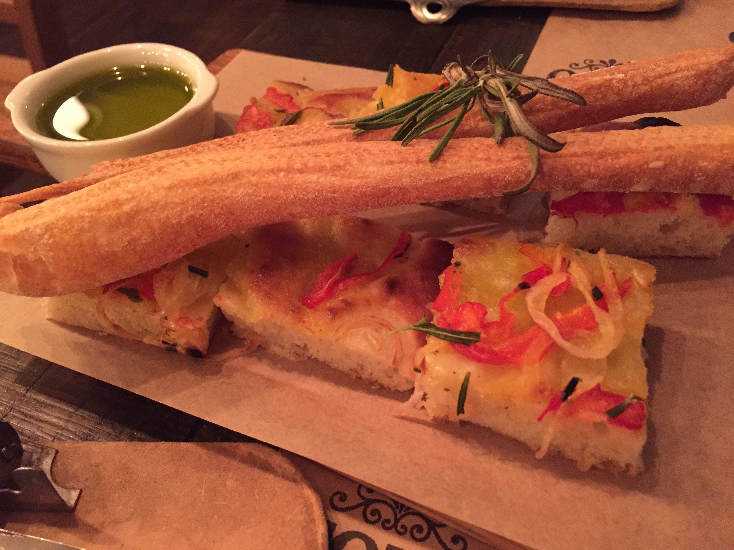 barcelona-toto-restaurant-bread-course-spain.jpg