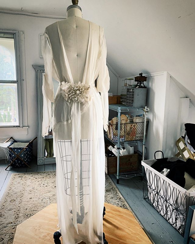 I get some serious ethereal-ghost-bride vibes from this dress. Maybe it's because she's lived multiple lives due to her *nearly* 100-year-old existence. As a seamstress and vintage aficionado, y'all know I have a special spot in my heart for my geriatric patients.