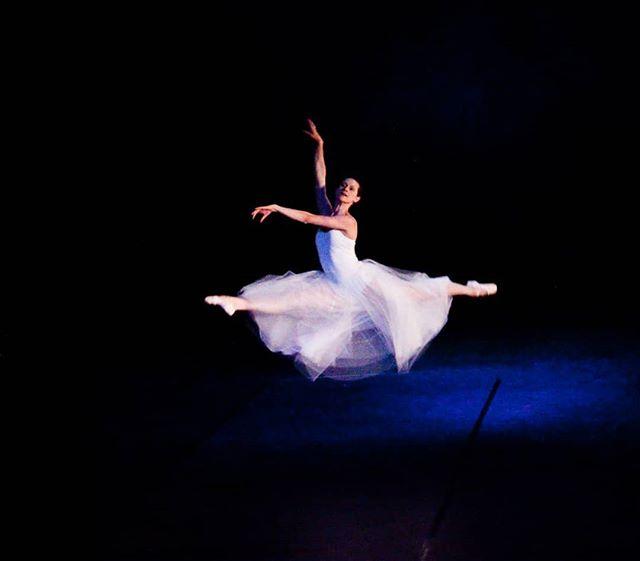 Photo Credit: @circeadena @anna_ruth_ellis in #amore. #soaring #mondaymotivation #flying #dancer #tutu #instadance #danceinredding #reddingca #thisisredding #ballet