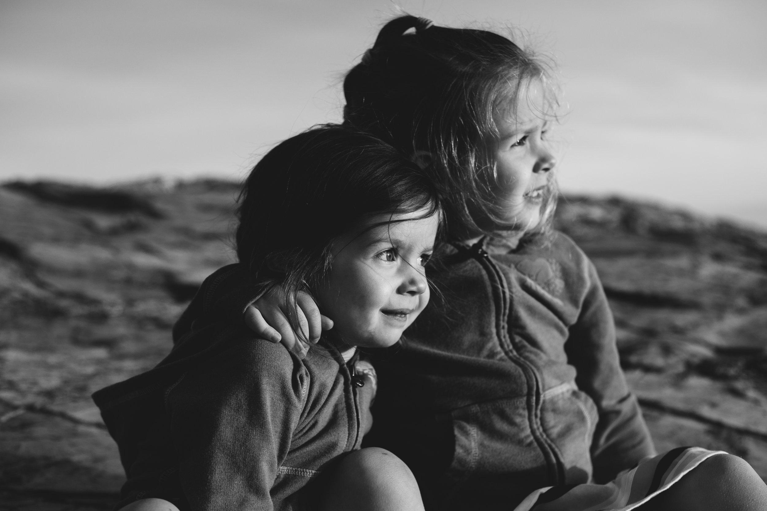 sisters-hug-charlotte-child-photographer