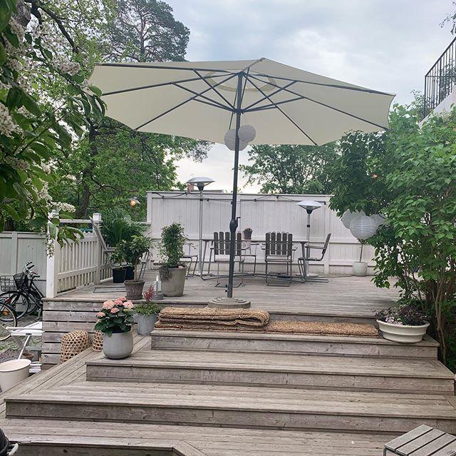 Idag ordnar vi en kundmiddag för ett företag på deras takterrass i stan & på lördag en privat tillställning delvis på den här ljuvliga uteplatsen. Älskar variationen: 🏢 vs 🌿