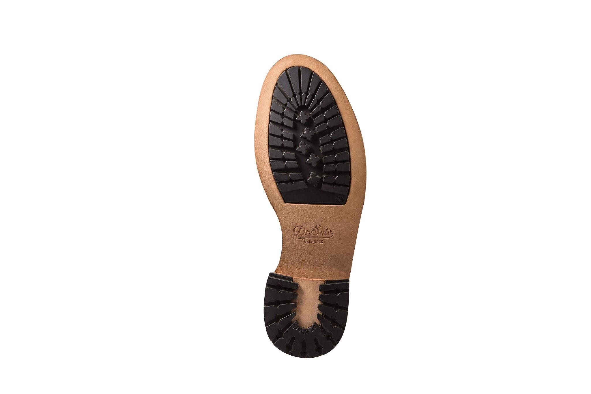 戶外機能底  植鞣革內嵌橡膠,兼顧皮底的質感,同時又有超高抓地力的橡膠顆粒,功能與外觀兼備,適合短靴或戶外風格的皮鞋。  Outdoor functional sole  This sole has both function and appearance. Suitable for boots or outdoor style shoes.