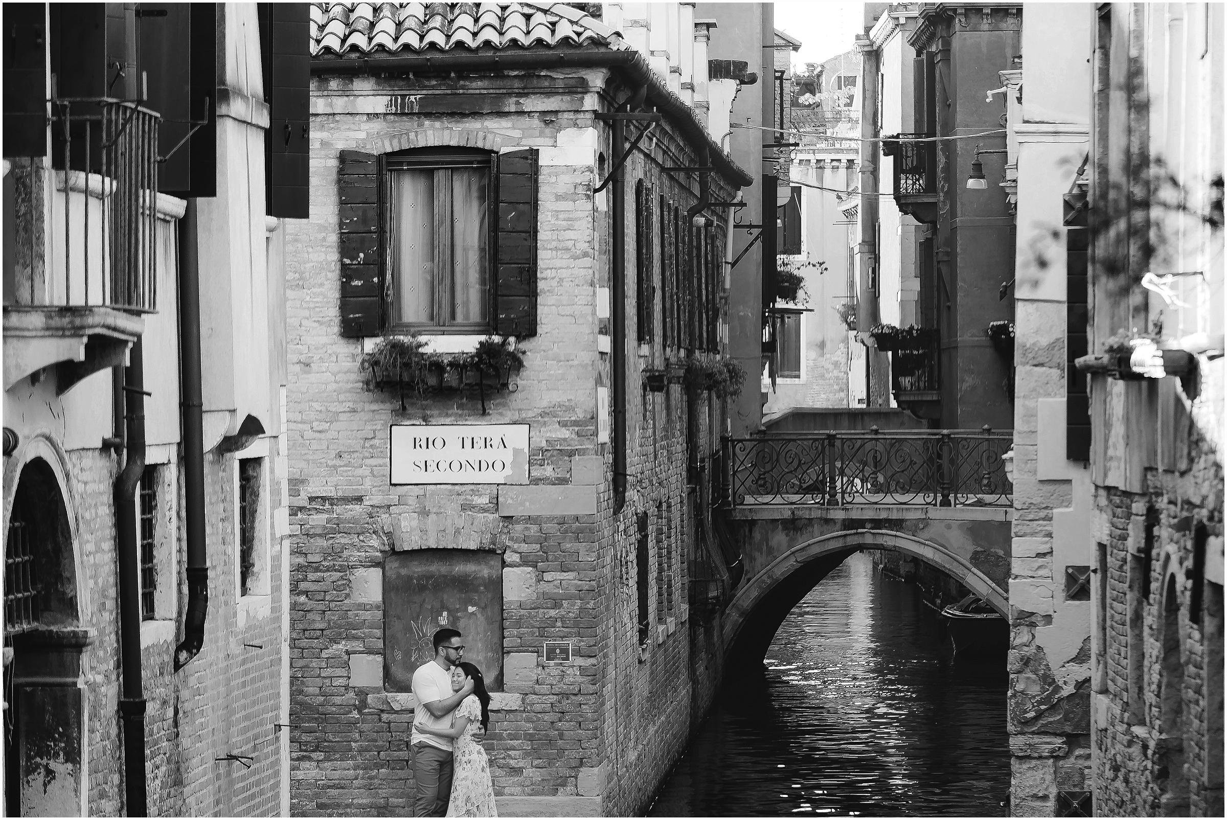 photographer-in-venice-elopement-shooting-Venice-couple_13.jpg