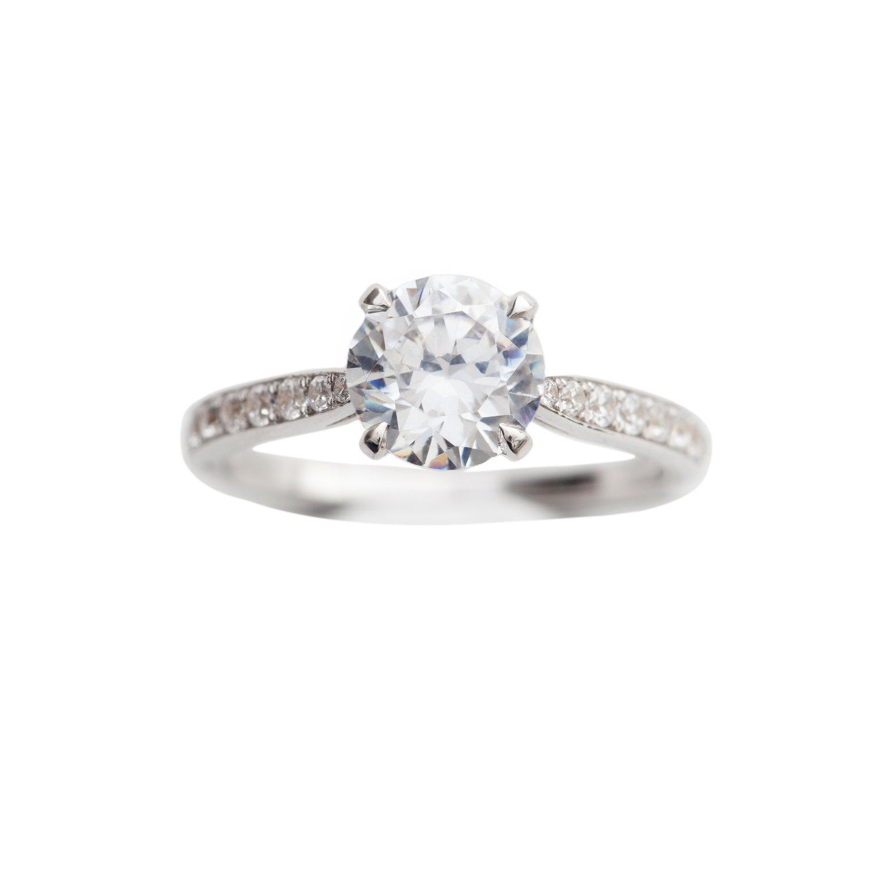 SOLITAIRE RING WITH DIAMONDS - 110.000 NOK. 18 ct white gold, 1 ct River diamond center stone. 0,40 ct small diamonds.