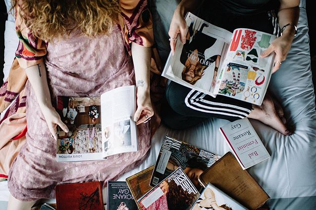 I will never stop subscribing & reading & collecting print magazines. I can highlight and write notes in the margins, tear out inspiration and fold down the corners of pages I want to revisit. Bring on September issues! || 📸: @rosecoloredcreative for @tryppgh @tryphotels shoot #amreading #printmagazine #septemberissue