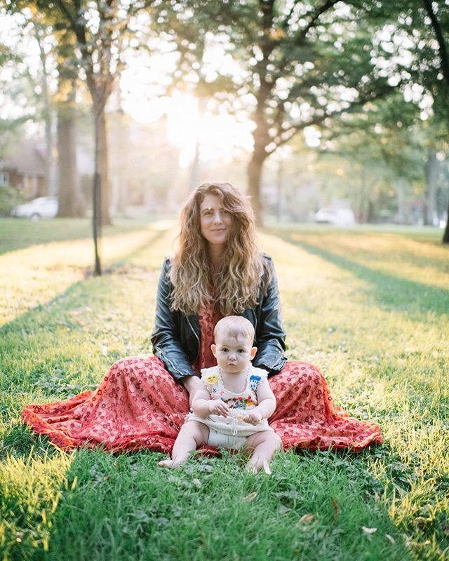 Crimson. An essay about the dress that took me from pregnant to Louise. Now on the blog, link in bio ✨ || 📸: @rosecoloredcreative #amwriting #motherdaughter #mystylediary