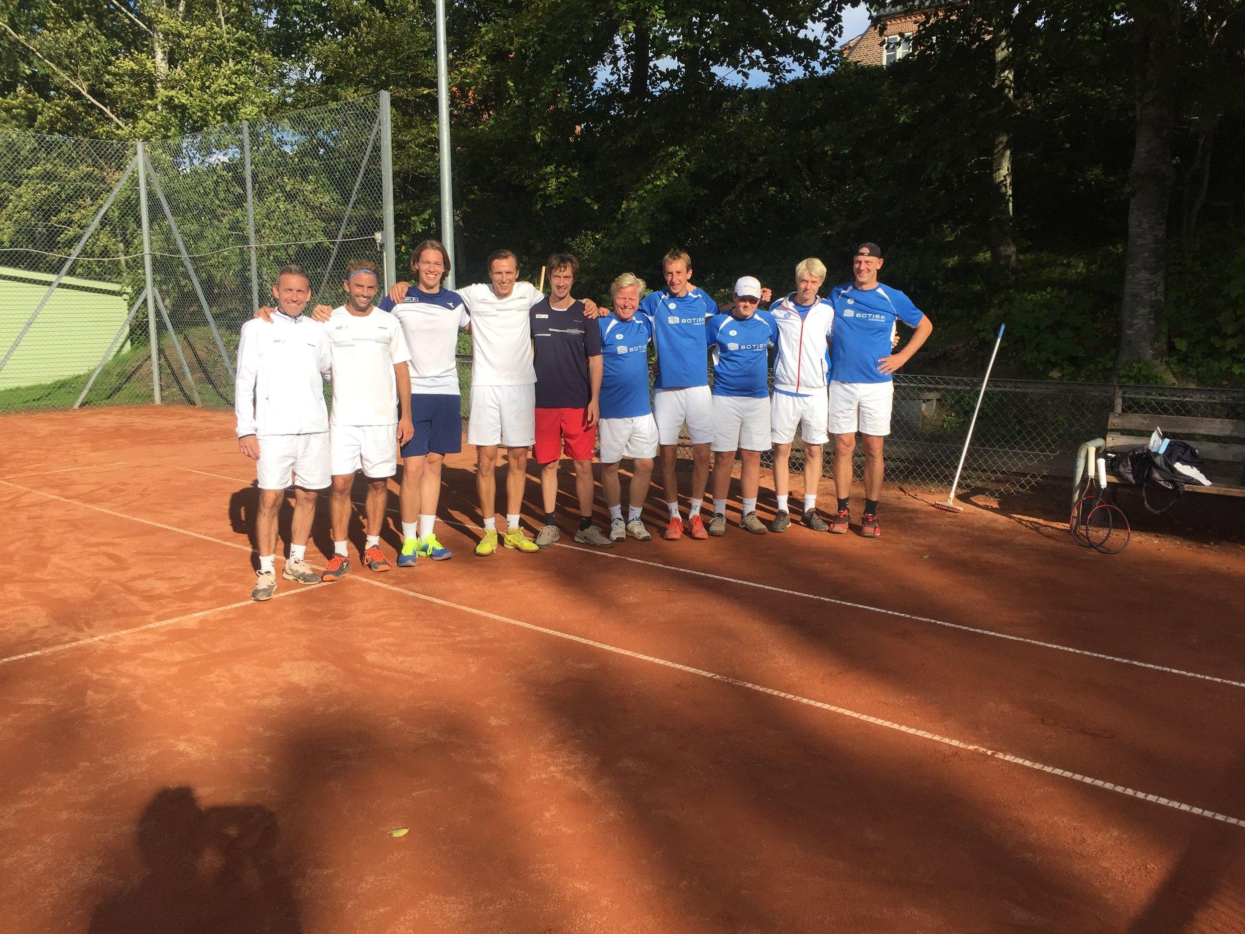 AØTs spillere bestod (i hvidt) af: Jørn Østergaard, Henrik Maltbæk, Mads Bau-Madsen, Casper Lund og Christian Ramskov