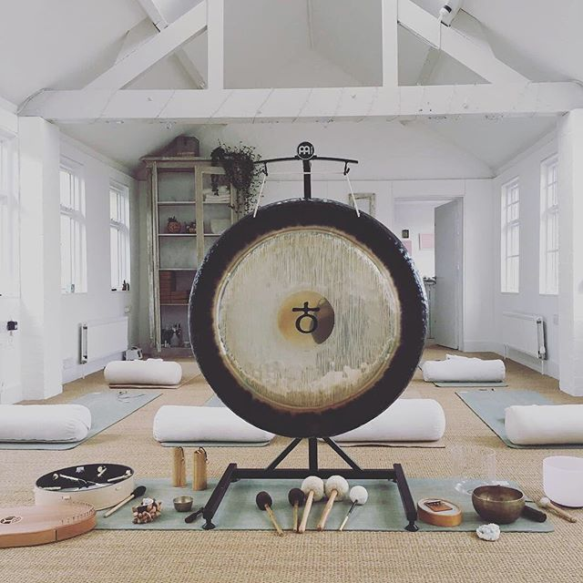 I'll be heading back to this yummilicious space @downdog_crow in Woodstock, Oxfordshire on 21st July for a Cacao Rose Sound Ceremony.  We'll be working with Cacao, Rose, Gong and Crystal Bowl Alchemy to soften the layers we've built around our hearts and calling on the medicine of Rose to help us find self acceptance, compassion for others and ourselves to bring us back into our loving hearts 💞💞💞 Please follow link in bio for booking 💫💫💫 #cacaoceremony #plantspiritmedicine #crystalsingingbowls #gongbath #soundbath #yogaoxfordshire