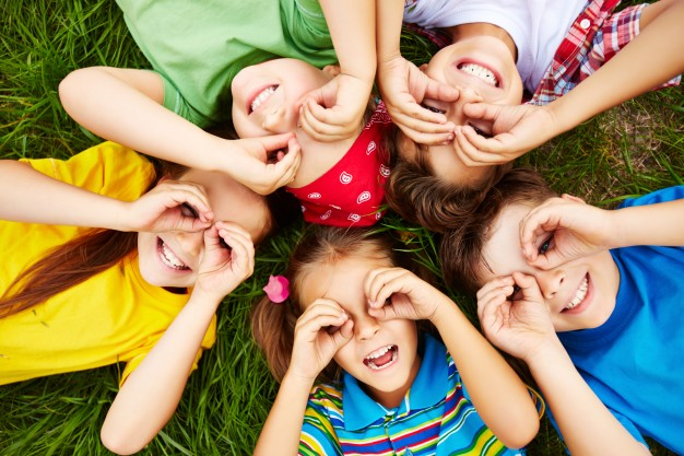 children-playing-on-grass_1098-504.jpeg