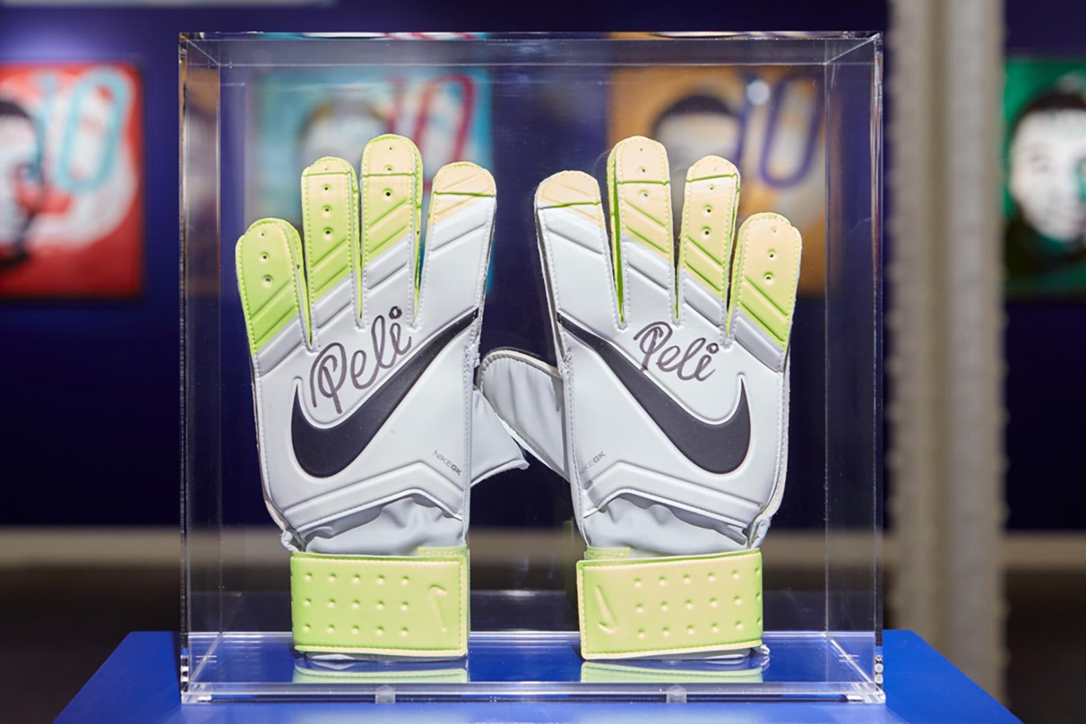 Louis Sidoli Neon Art: Pele Art Life Football - Halyon Gallery - 18