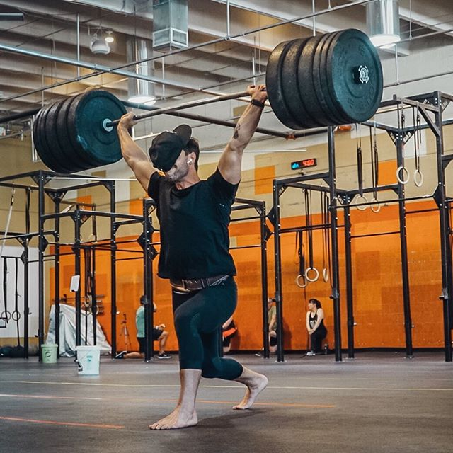 There are many benefits to training barefoot from including: strengthening the foot and ankle, balance and increased coordination. . . I am still searching for the benefits from having your hat fall on your face mid lift. If you know of any, please let me know 🤘🏽 . . . . 📸 @fitfatandallthat . . #385 #jerk #olympicweightlifting #liftingfail #barefoottraining #trainbarefoot #betterthanyesterday #crossfitfail #crossfit #barefootstrength