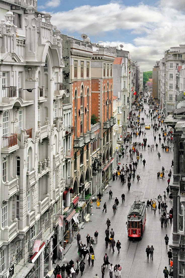 Istiklal Street by day. (Image via Istanbul.com)