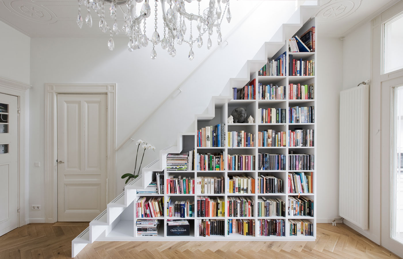 staircase-book-storage-hack-for-small-apartments.jpg