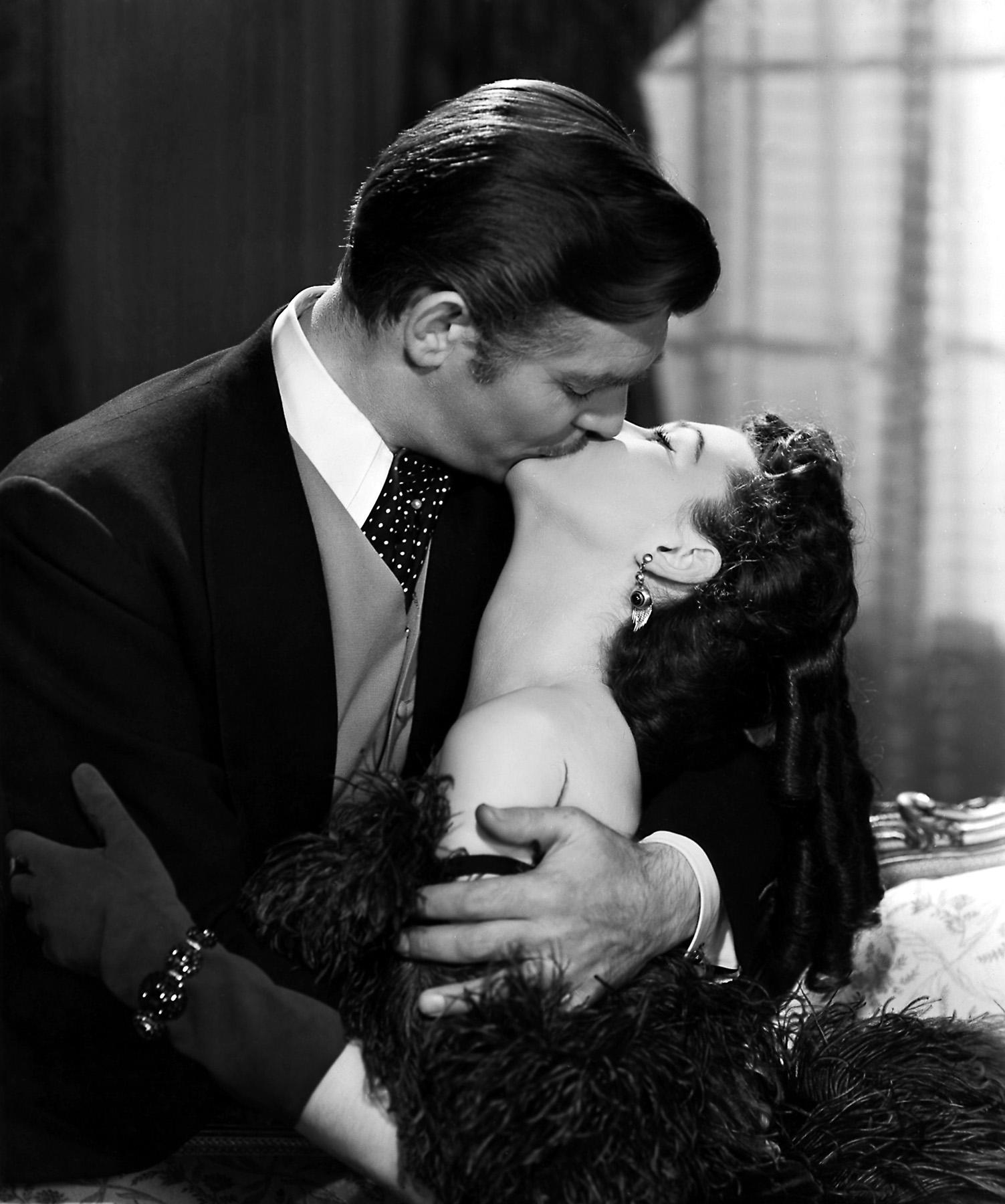 """""""You should be kissed and often. And by someone who knows how.""""       """"Deberían besarte con frecuencia. Por alguien que sepa cómo."""""""