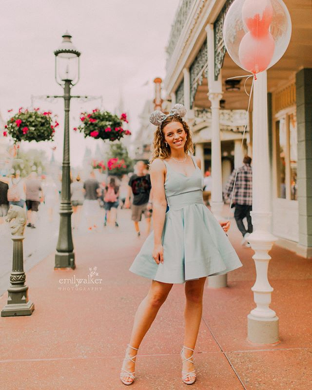 Twirling in the most magical place with Ashtyn, class of 2019. ✨ So excited to share more from her session! 😍 #classof2019 #seniorphotos #emilywalkerphotography