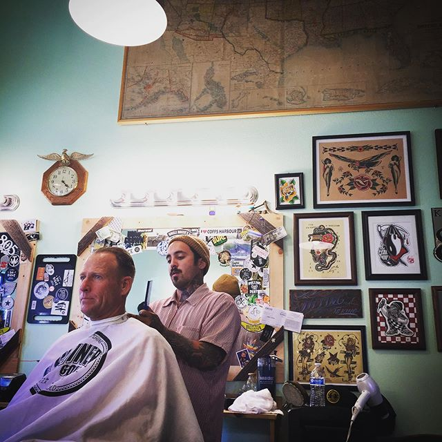 Our boy @bobdog13 is back in California and can be found here on most Tuesdays and Wednesdays.  Give him a follow or grab his phone number next time you're in the shop to keep up with specific dates.  #midtownsfinest #barbershop #1927barbershop #1927family #shinergold #bobdog13