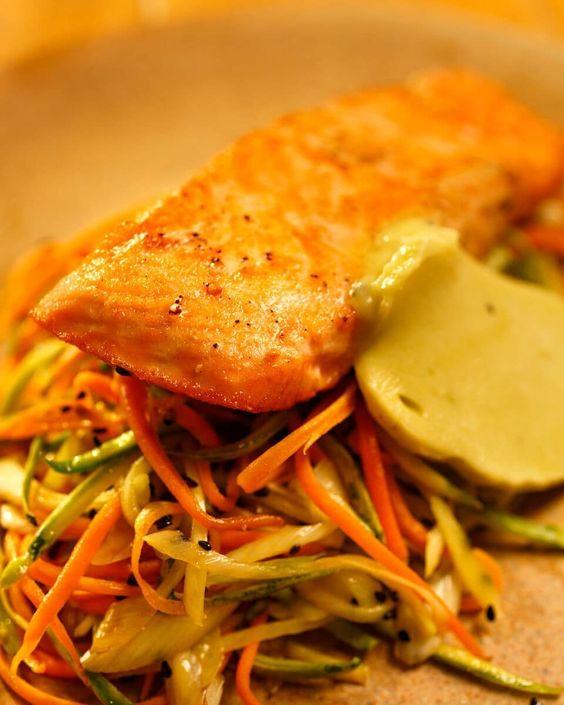 Salmão grelhado com Manteiga de Wasabi e Legumes salteados.