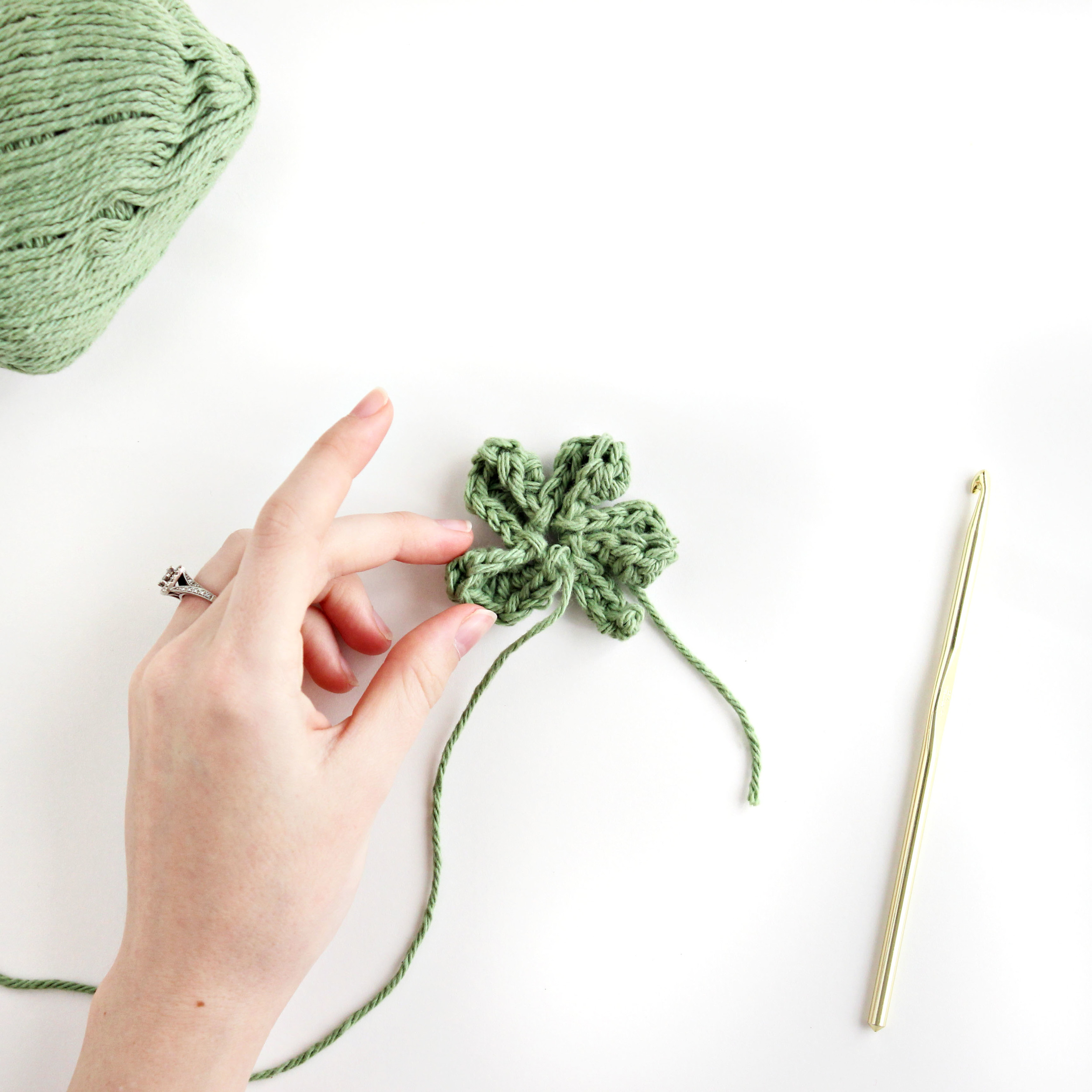 four leaf clover: crochet pattern & tutorial // via darlingbebrave.com
