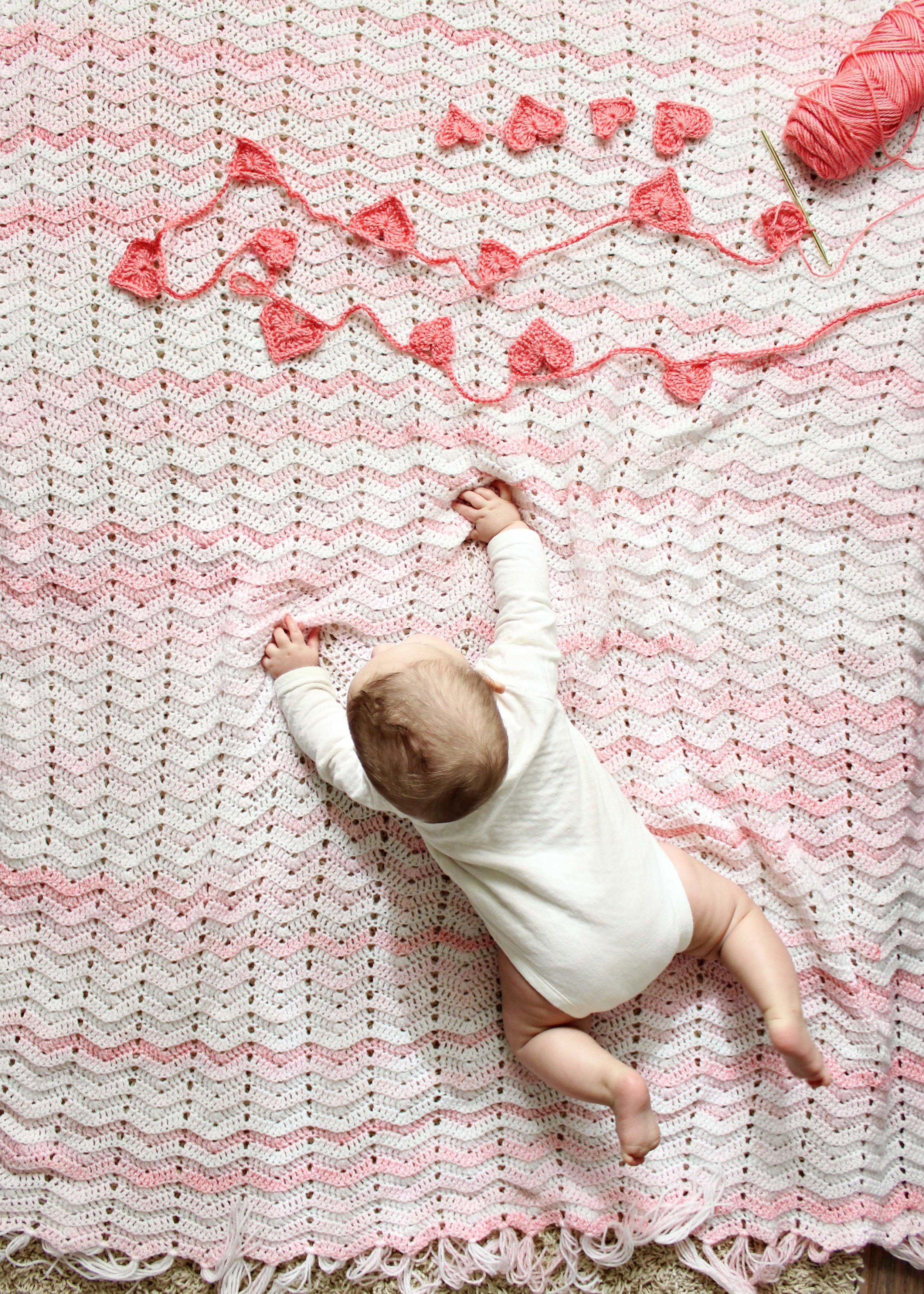 crochet heart garland for valentine's day // via www.darlingbebrave.com