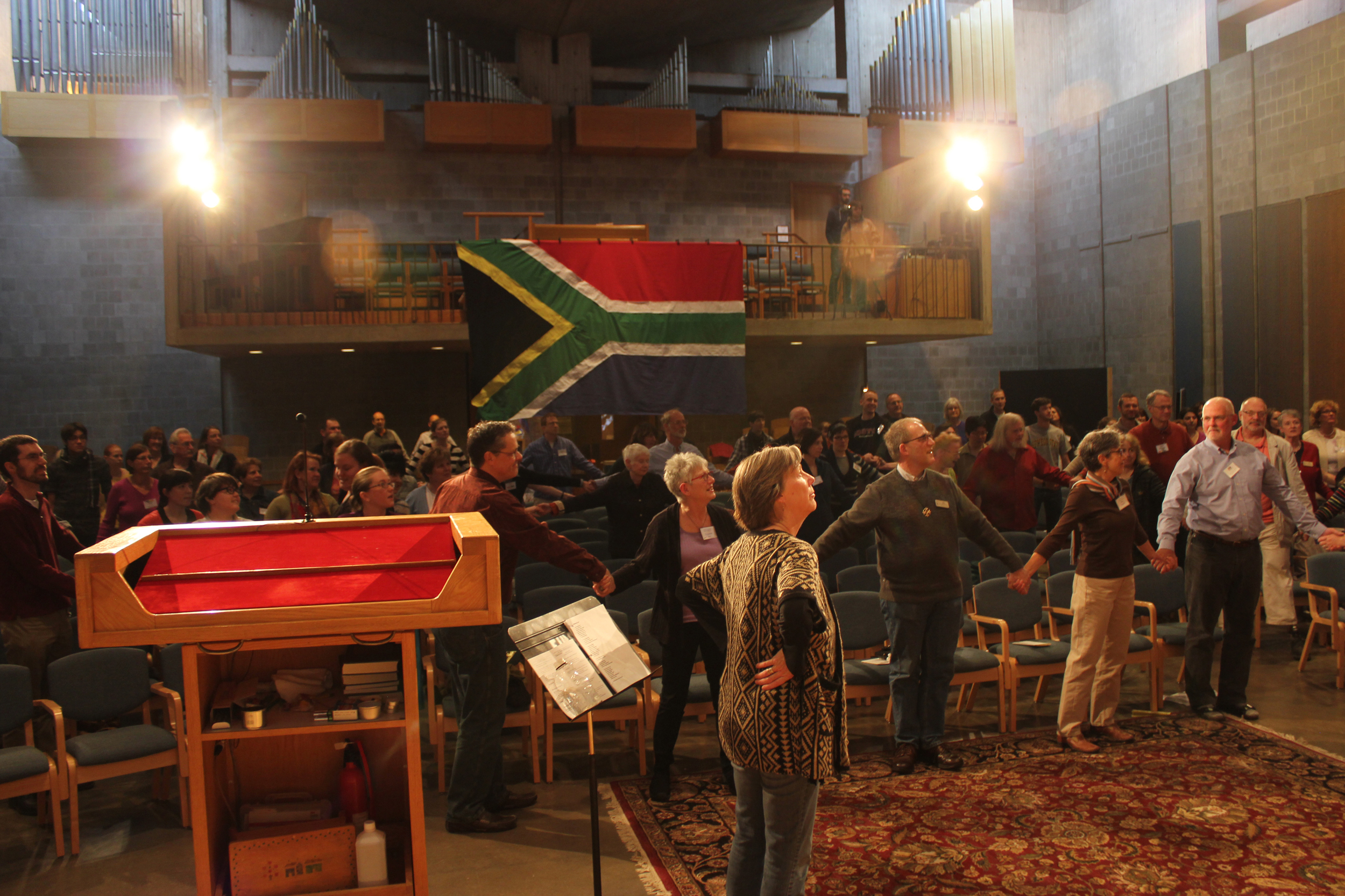 The First Unitarian church in Rochester (USA) sings the South African national anthem in Zulu on South Africa's National Day (Apr 27).