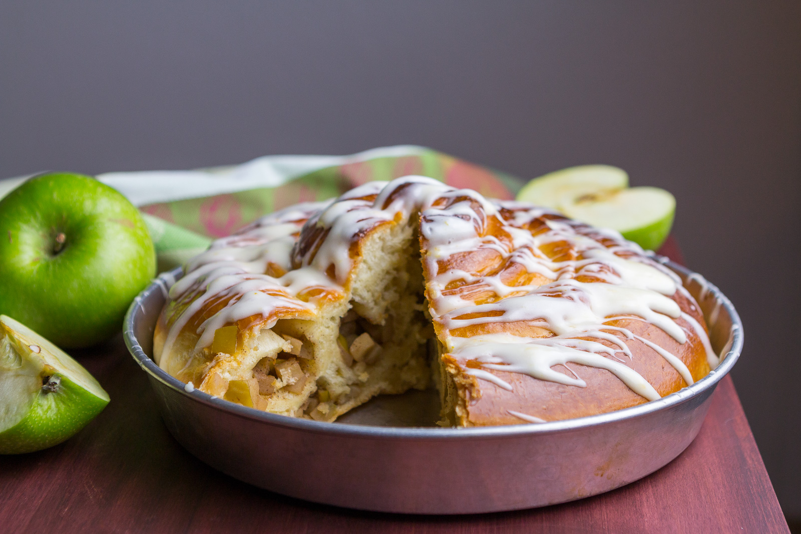 giant-apple-cinnamon-roll-14.jpg