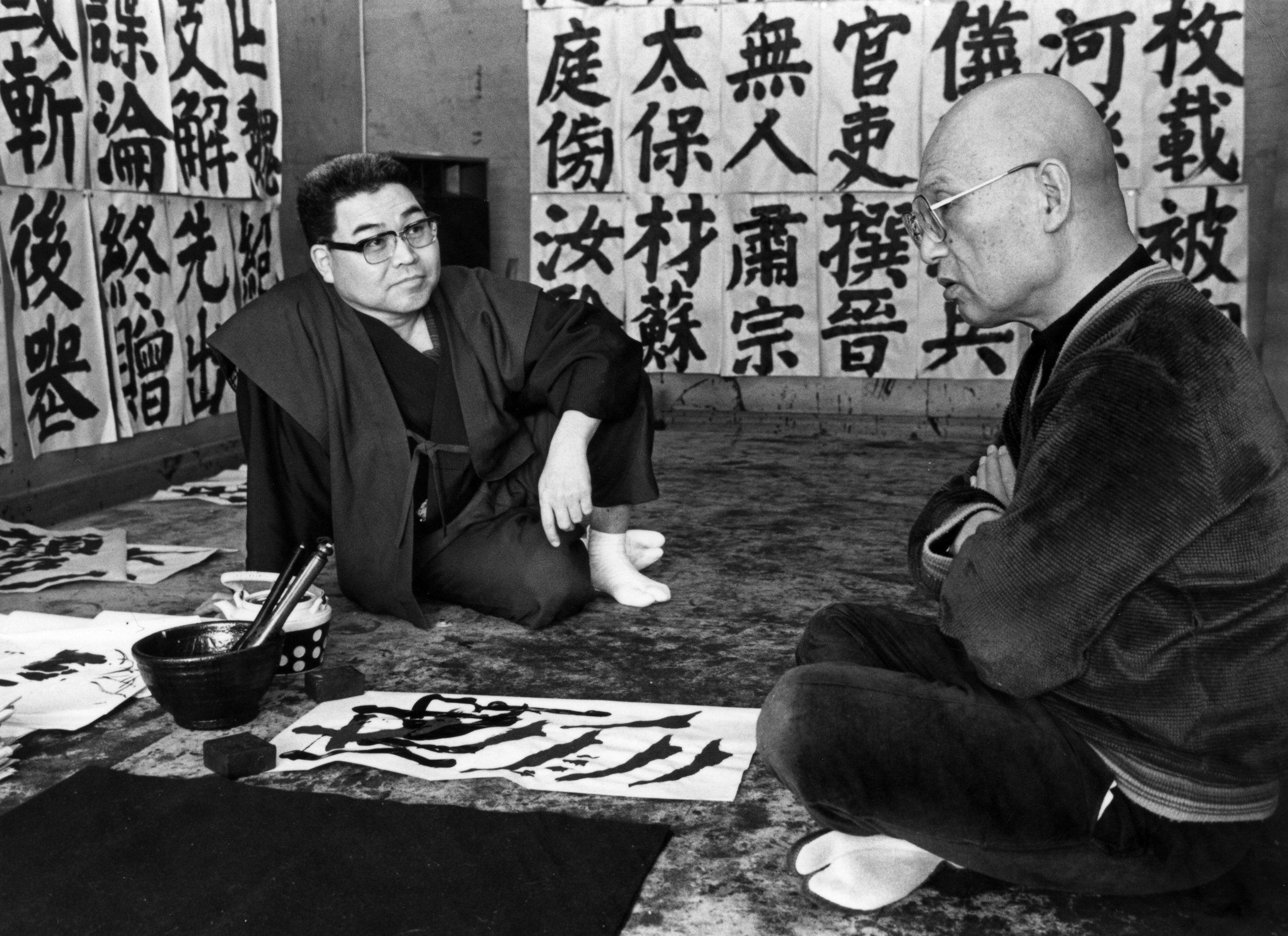 晩年、海上雅臣と自宅アトリエで会う井上有一   Yu-ichi Inoue met Masaomi Unagami in his later years.