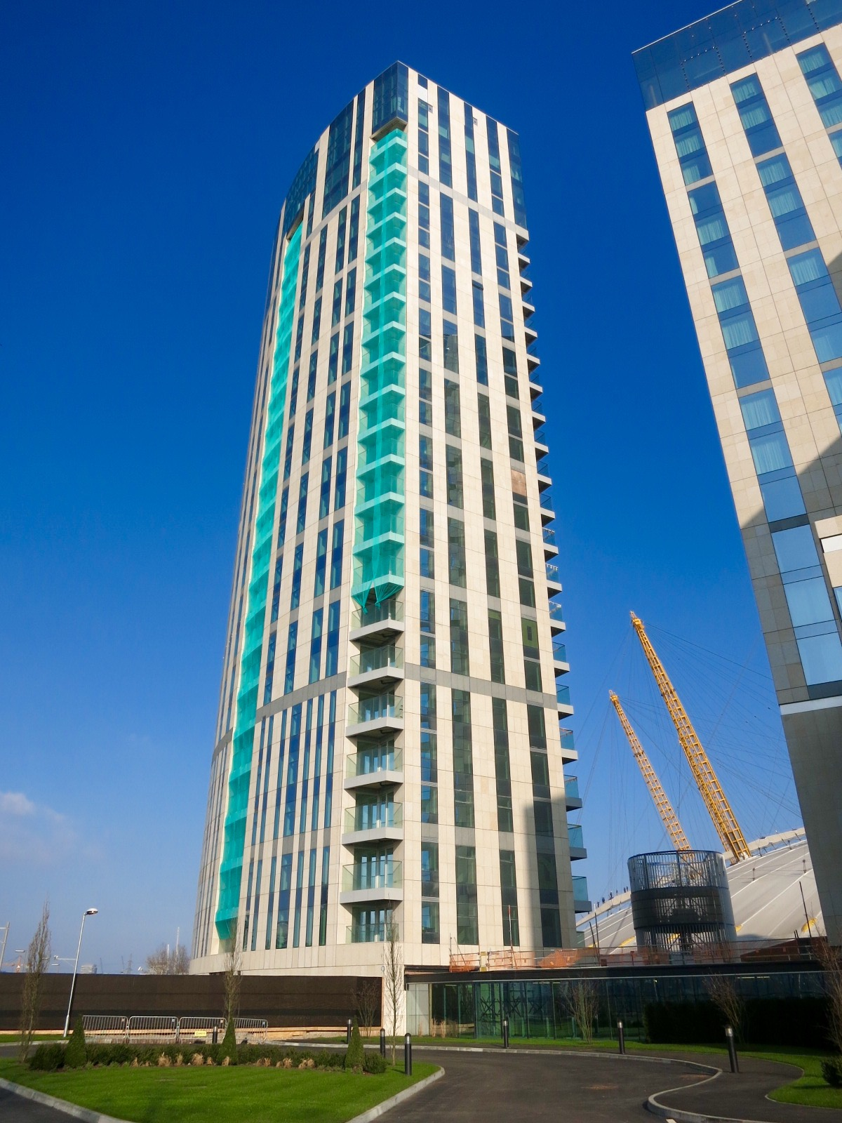 Construction work continues on the Arora Tower, the residential tower associated with the Intercontinental hotel, expected to open this Spring - photo March 2016 [ @greenpenlondon ]