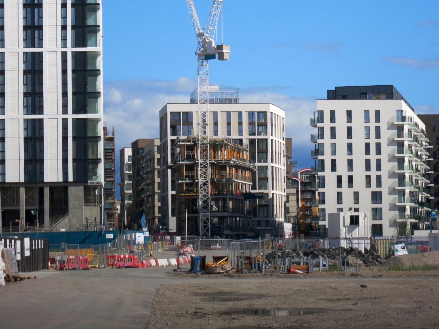 The Fulmar nears completion, south of The Aperture building -  July 2016  [greenpen.london]