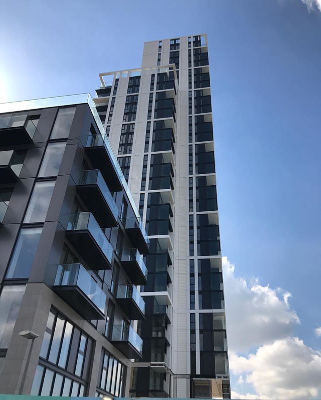 The Waterman tower nearing completion on #Greenwichpeninsula #greenwich #london #construction #knightdragon @pilbrowandpartners #turkingtonmartin #thamespath #londonconstruction