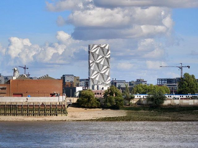 #TheOpticCloak on #GreenwichPeninsula seen from #kiergroup @conradshawcross @futurecityblog @cfmoller_architects @kiergroup #billingtonstructures #opticcloak #fluetower #lowcarbon #energycentre #districtheating #blackwalllane #a102 #northgreenwich #greenwich #london #sculpture #art #architecture
