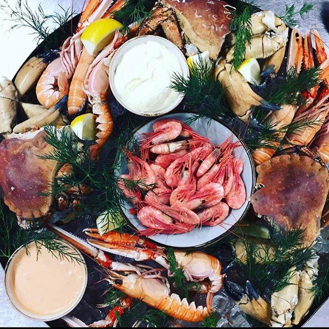 Förbeställ din skaldjursplatå och avnjut den till stans bästa utsikt och härligt sällskap #skaldjursplatå #eriksberg #sharing #sharing
