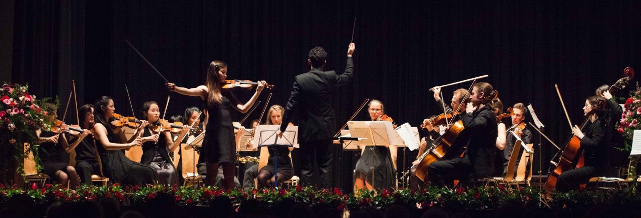Philip Draganov dirigiert den Youth Classics Orchester in Schlieren