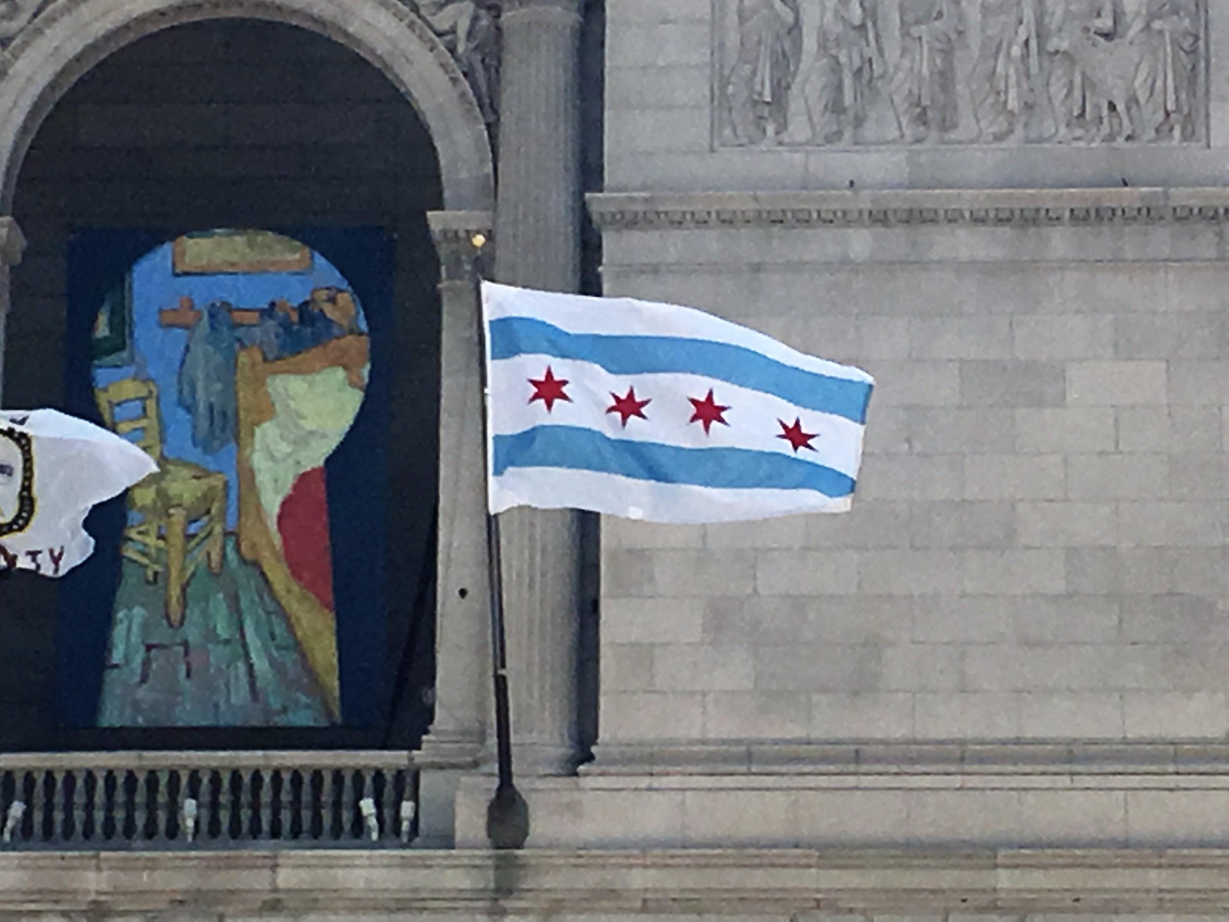 Chicagon lippu - Vaalkoiset raidat symbolisoivat kolmea kaupunginosa, kaksi sinistä - Michigan järven ja Chicago joen. Neljä punaista tähteä symbolisoivat neljä suurta tapahtuma kaupungin historiassa - 1. Kaupungin perustaminen v.1803 | 2. Suuri tulipalo v.1871 | 3. Maailman näyttely v.1893 ja 4. Maailman näyttely v. 1933 - Kaupunginjohtaja lupasi lisätä viidennen tähden jos Chicago Cubs (baseball joukkue) voittaa mestaruuden, ensimmäistä kertaa sitten vuoden 1908 jälkeen :)