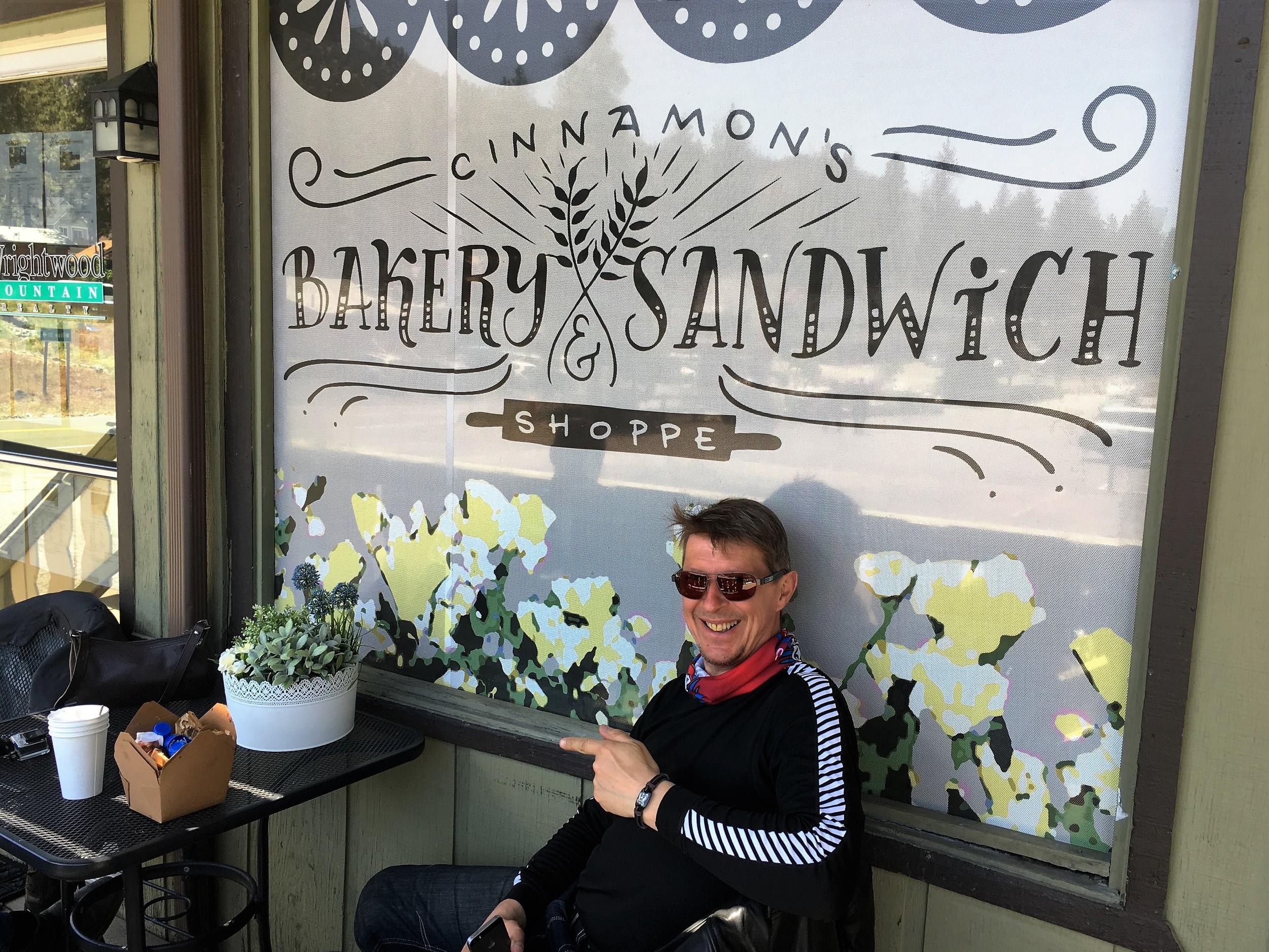 Harri ja muut nauttivat viileästä vuoristoilmasta ja erinomaisista leivoksista, Wrightwoodissa