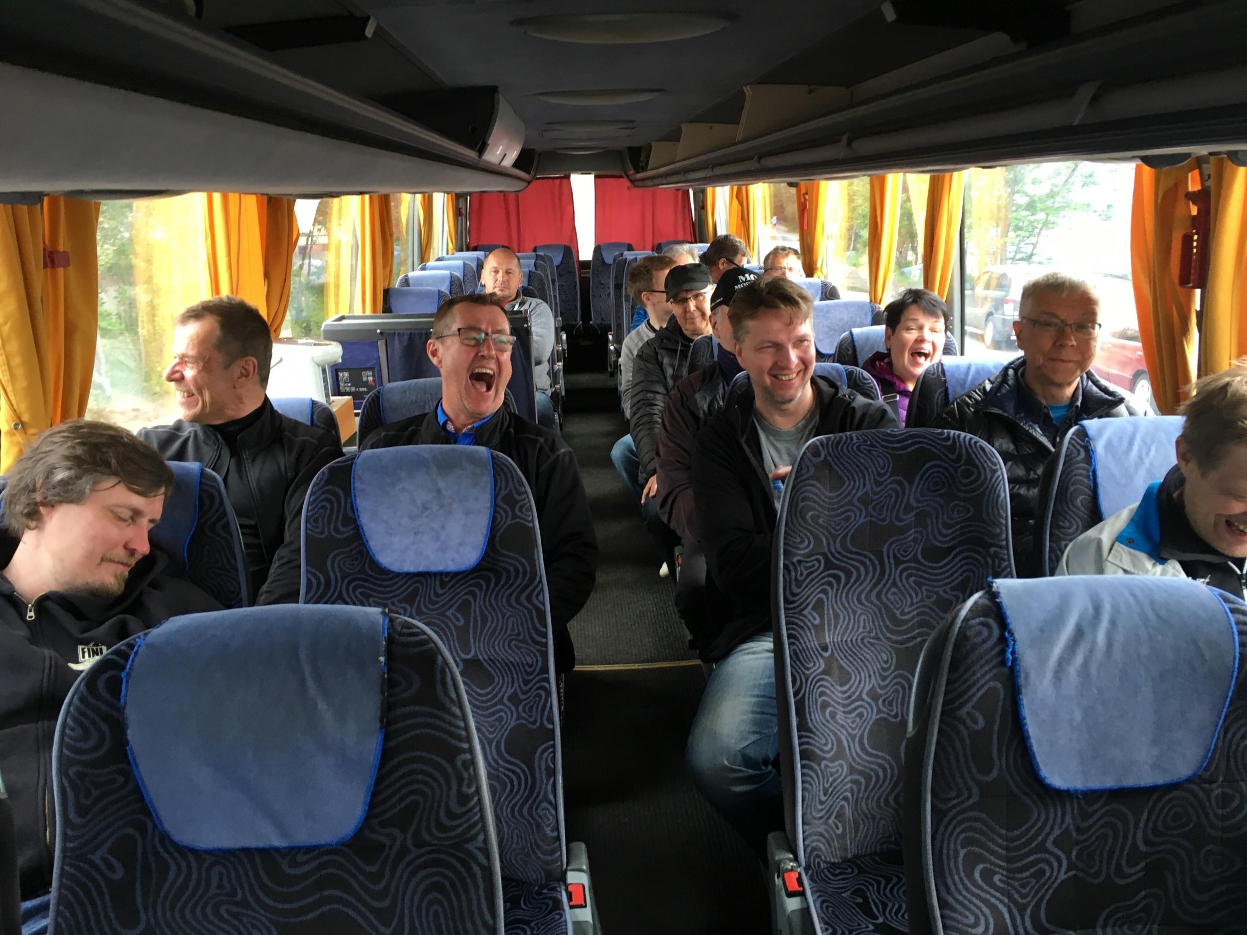"""Bussissa on hauska matkustaa... Naurun remakkaa tai sitten pienet """"avainunet"""" ;)"""