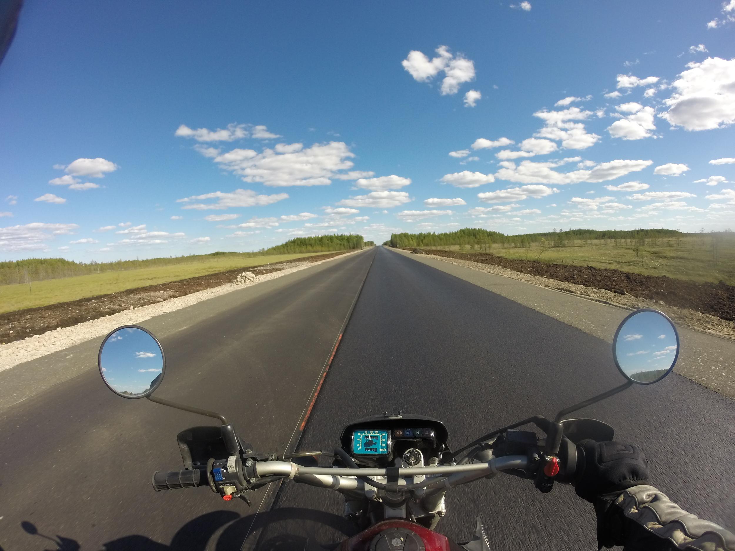 Aurinko paistaa ja upouusi asfaltti suorastaan kutsuu kokeilemaan pyöränsä rajoja!