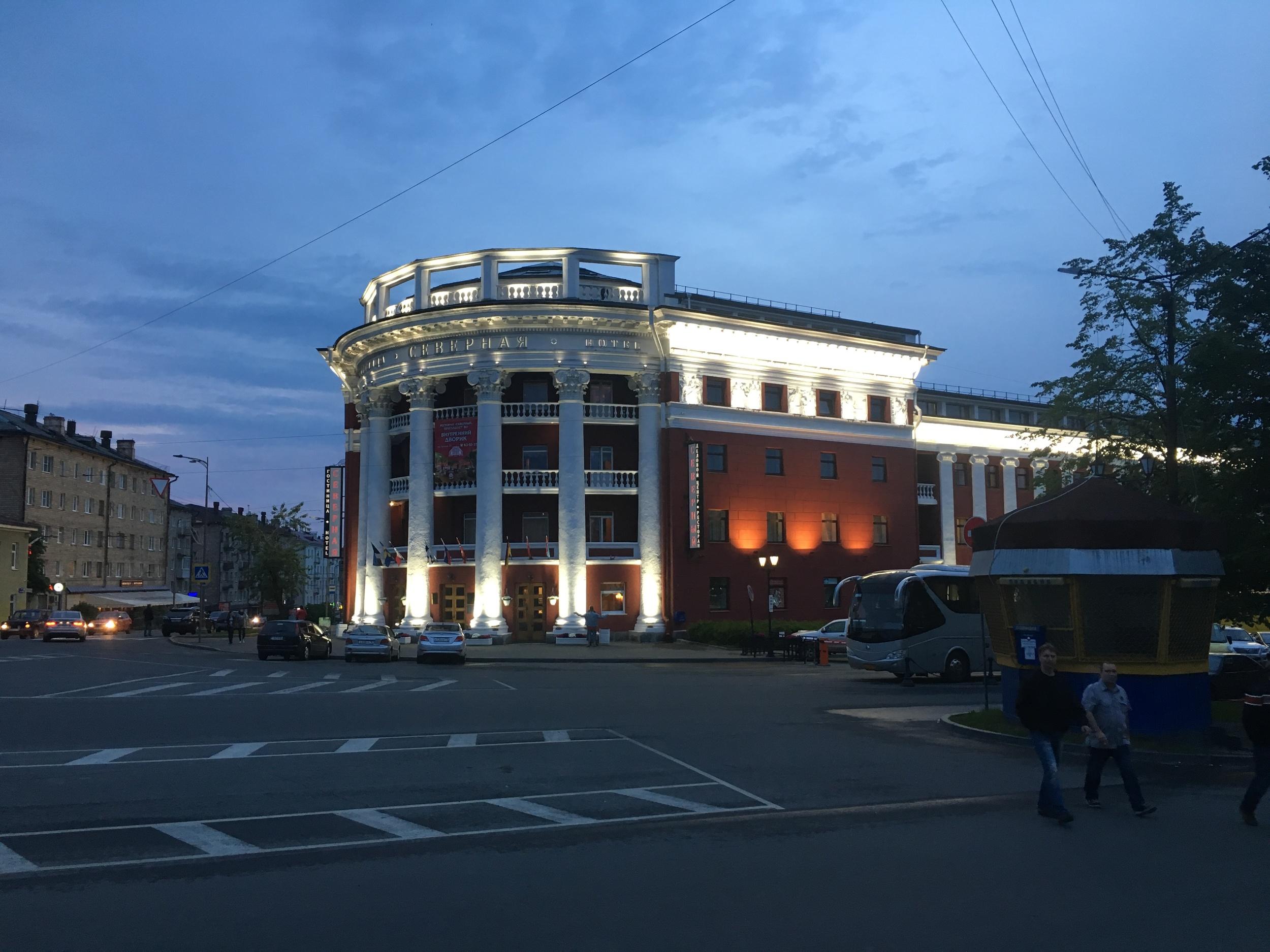 Petroskoin hotellimme Severnaja iltavalaistuksessa.