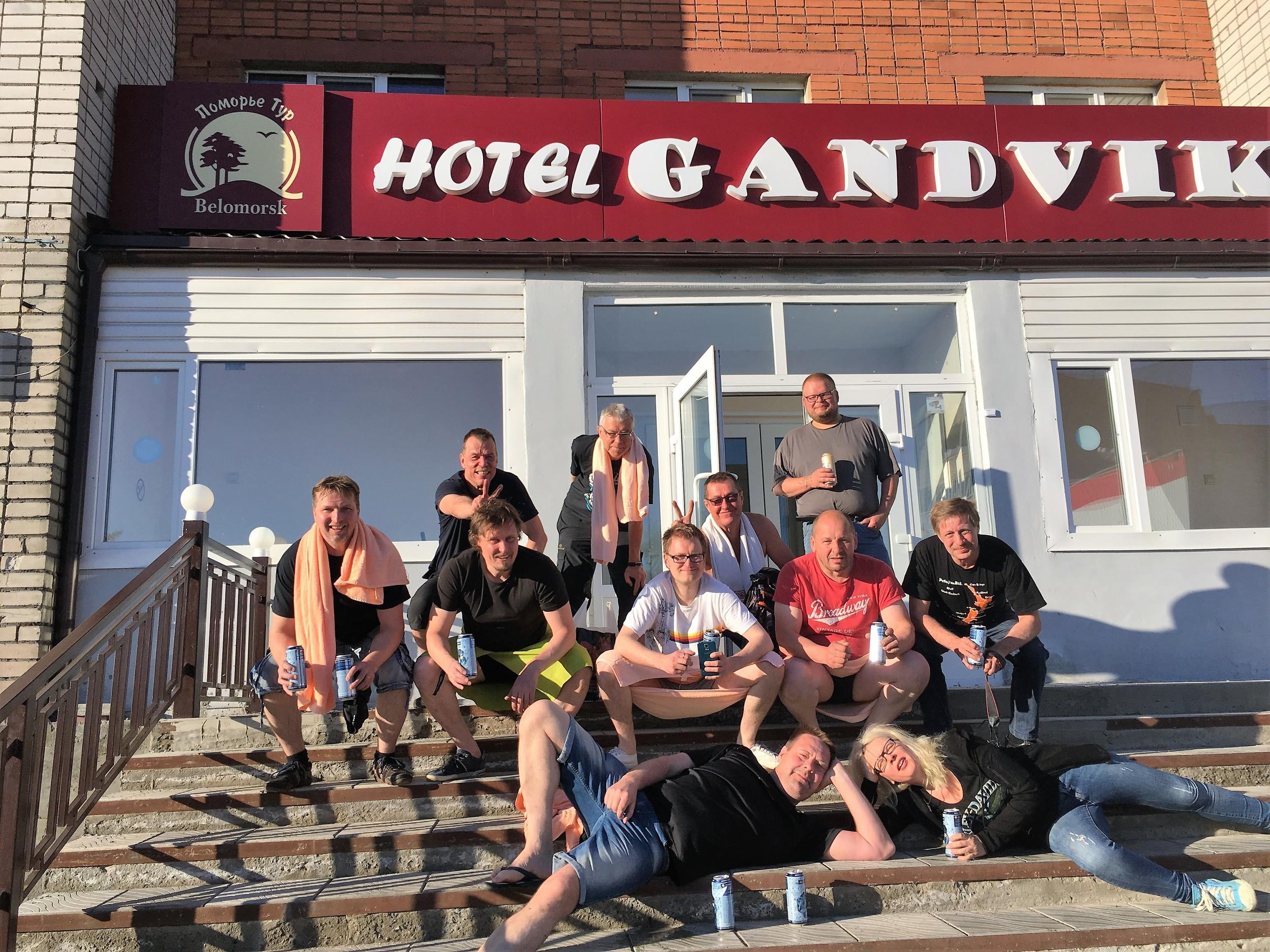 """Ryhmä """"Slaavikyykyssä"""" hotellin edessä :)"""