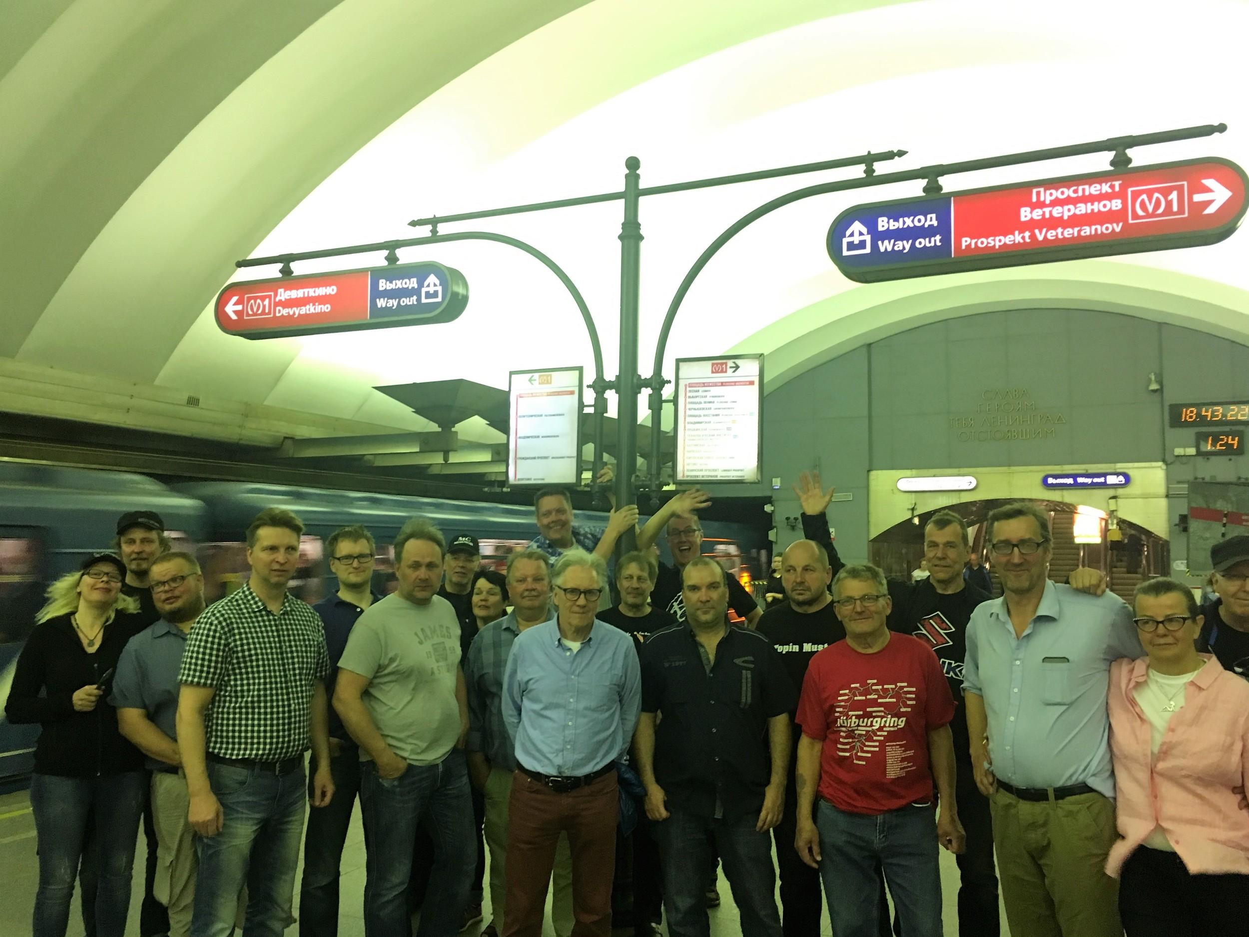 Ryhmäkuva Pietarin Metrossa