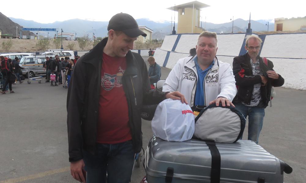 Hessu, Kimmo ja Clint jonottamassa ensimmiseen tarkastukseen Lehissä.